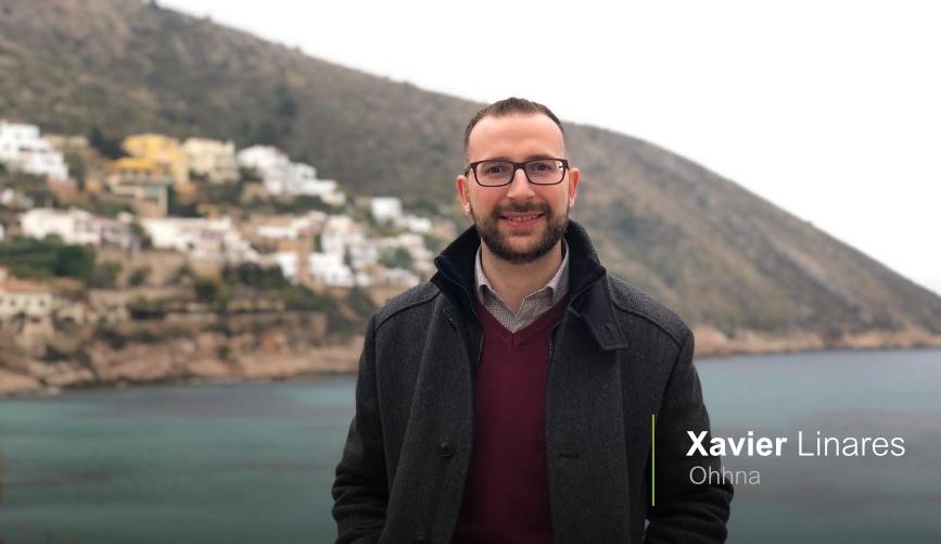 Xavier Linares, es el CEO de Ohhna y se presenta con una imagen de él mismo en una playa